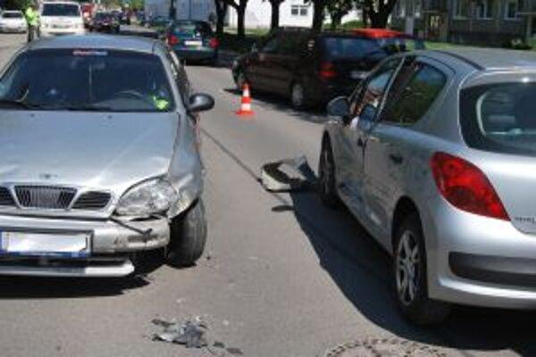 Takmer na pravé poludnie sa na Štefánikovej ulici zrazili dve autá.