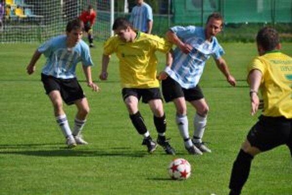 Trenčianske Teplice (v žlto-čiernom) zvládli aj domáci zápas proti Trenčianskej Turnej,keď zvíťazili 4:2.