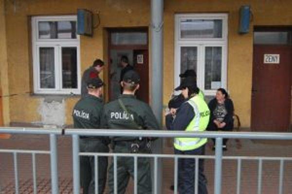 Muža v kaluži krvi našla toaletárka na pánskom WC, priestory polícia uzavrela.