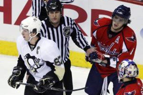 Sidney Crosby a Alexander Ovečkin po vzájomnej potyčke.