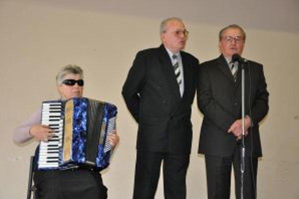 Súrodenci Anton a Albert Hikelovci zo Svinnej sprevádzaní nevidiacou učiteľkouhudby Jankou Mikulčíkovou zaspievali pieseň Pod Krivánňom a Blúdila pesnička