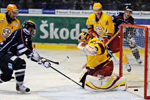 Zľava: Dušan Pašek z Košíc a Vladimír Kováč z Trenčína, ktorý práve inkasuje prvý gól v prvom zápase HC Košice - Dukla Trenčín semifinále play-off hokejovej Slovnaft extraligy.