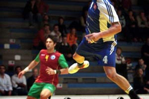 Peter Kukučka vo výskoku v zápase proti Portugalsku.