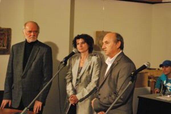 Trojica priateľov, ktorí majú na vzniku publikácie najväčší podiel zľava Ján Mikuška, Elena Porubänová a Vladimír Pavlík.