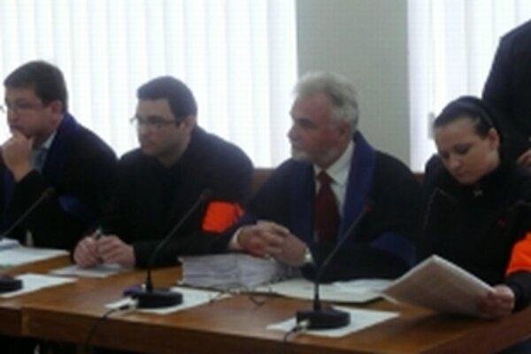 Dvojica obžalovaných si rozsudok stále nevypočula. Pojednávanie odročili na 23. septembra