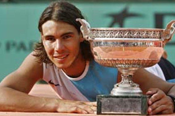 Španiel Rafael Nadal má 21 rokov a na turnaji Roland Garros ťahá sériu 21 víťazstiev. Za tri roky na parížskej antuke ešte neprehral. Tohto roku sa môže vyrovnať legendárnemu Borgovi.