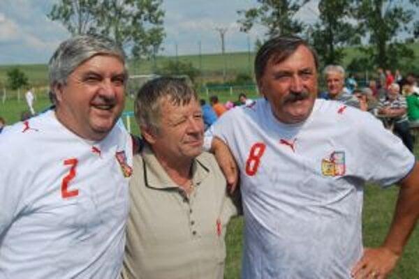 Legendy československého futbalu –Karol Dobiáš a Antonín Panenka s verným fanúšikom