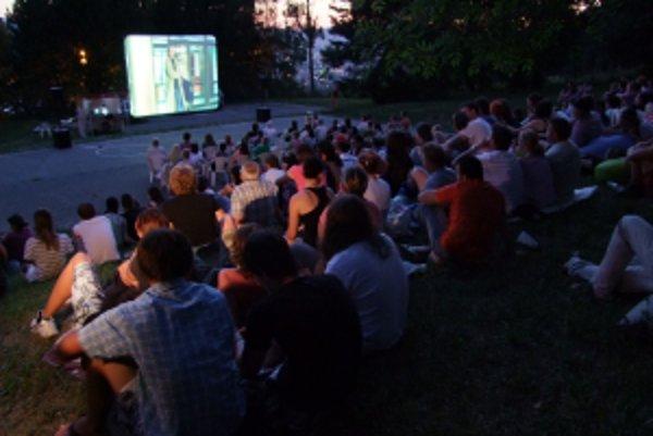 Prvým filmom, ktorý mohli diváci pod holým nebom na plátne sledovať, bol kultový film Petra Zelenku Rok diabla