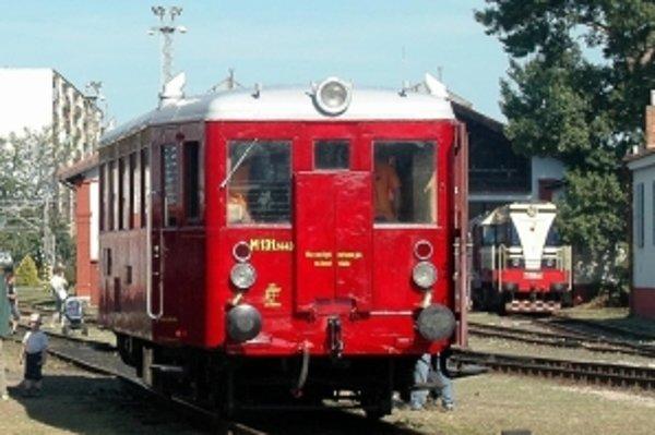 Motorový vozeň s prezývkou Hurvínek bol vyrobený v roku 1955 a bude cez víkend voziť jednotkárov zdarma.