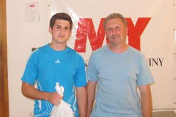 Víťaz tipovacej súťaže Jakub Lacko s otcom.
