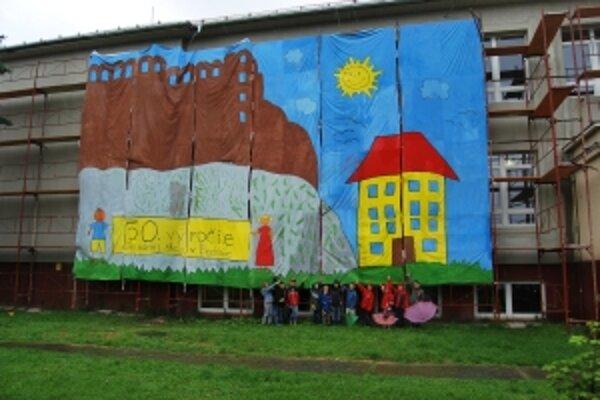 Beckovskí žiaci namaľovali najväčší obraz na Slovensku.