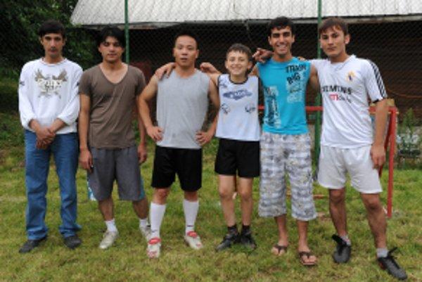 Futbalové družstvo klientov detského domova pred zápasom proti študentom Združenej strednej hotelovej školy a obchodu