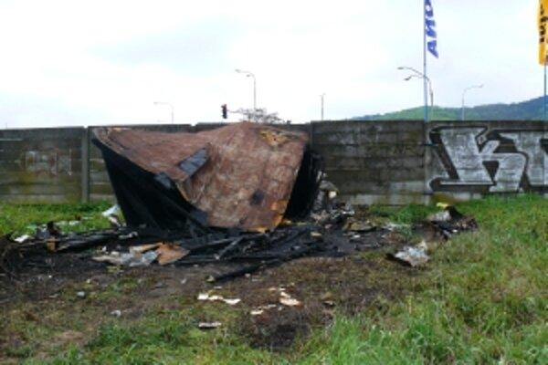 V búde žili bezdomovci, v sobotu ich obydlie zapálil niekto úmyselne zapálil.