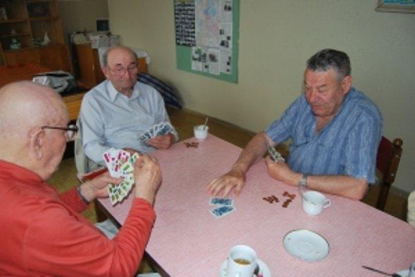 Dôchodcovia môžu hrať centíkový mariáš vo svojich kluboch ďalej.