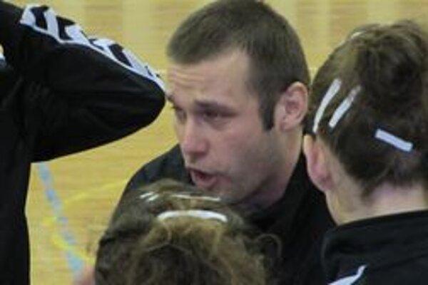 Tréner hádzanárok Štartu Trenčín Ján Beňadik mal čo povedať hráčkam v zápase proti Duslu Šaľa.