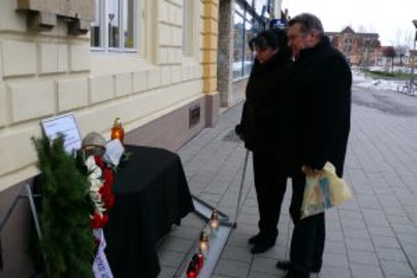 Zaspomínať na tragicky zosnulých priateľov prišli z Partizánskeho Anna Oravcová a Ľubomír Beňo.
