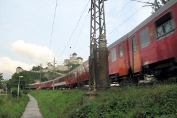 Železnice tvrdia, že postoj Bruselu termíny modernizácie trate neohrozia.