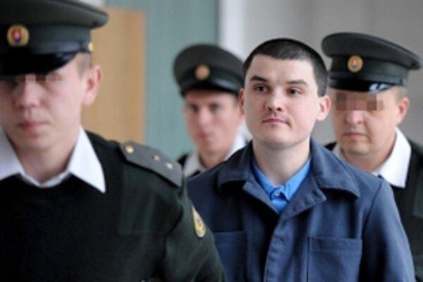 Členovia väzenskej a justičnej stráže vedú Mária L., ktorého 26. februára 2010 odsúdil Okresný súd v Trenčíne na 25 rokov väzenia, za to, že v januári 2009 napadol a kuchynským nožom podrezal svoju priateľku Evu S.