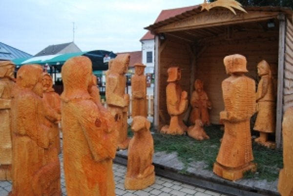 Niekoľko ton spolu vážiace sochy sú atrakciou pre turistov z domova i zo zahraničia.