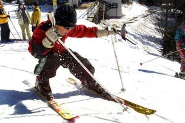 Na svahoch zimných lyžiarskych stredísk si prišli na svoje aj malí lyžiari.