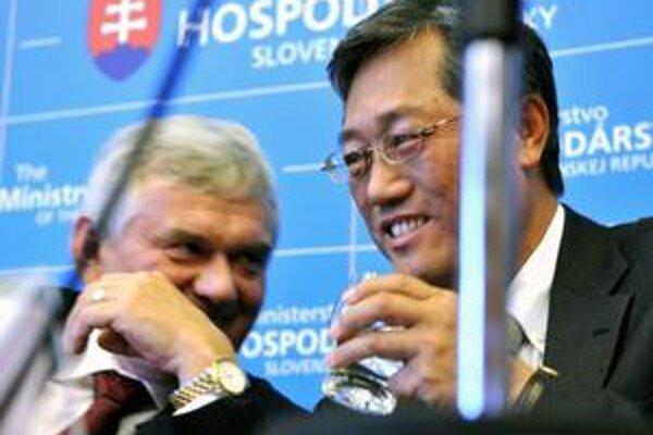 Šéf AU Optronics Kuen-Yao Lee a minister hospodárstva Ľubomír Jahnátek sa v stredu dohodlina príchode nového investora. O pozemky sa má postarať štátna firma.
