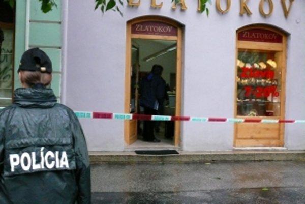 Lupič prepadol zlatníctvo za bieleho dňa na námestí. Polícia žiada občanov o informácie, ak videli muža uvedeného popisu pohybovať sa okolo predajne.