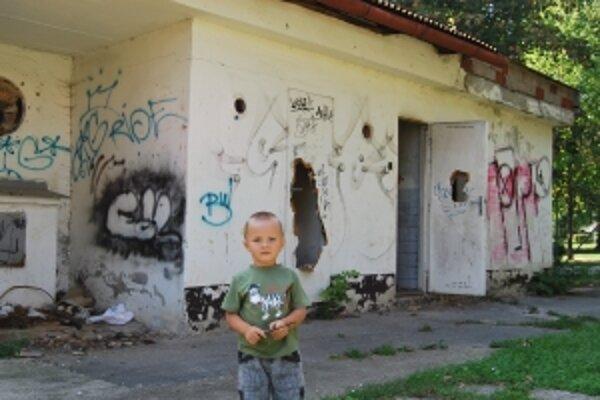 Detské ihrisko je kúsok od zdevastovanej budovy, v ktorej prespávajú bezdomovci.