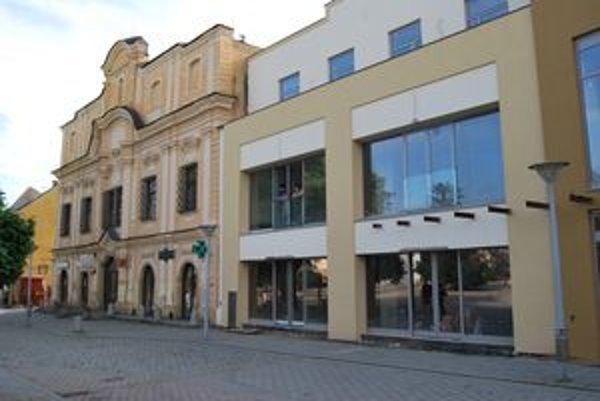 Vedľa renesančnej budovy z roku 1740 v centre námestia stojí od tohto leta ďalší skleník.