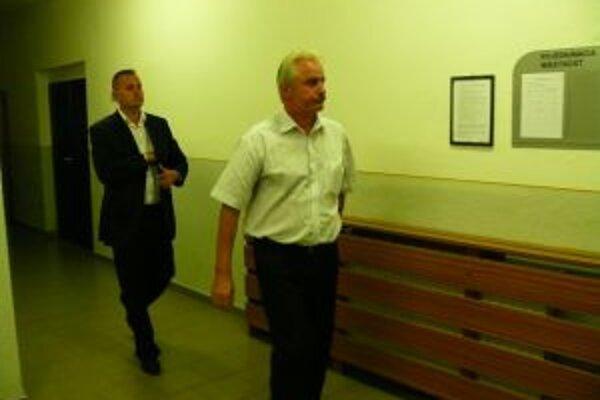 Obaja obžalovaný Ján M. a jeho syn Tomáš M. tvrdili, že sú nevinní a na mieste činu ani neboli.