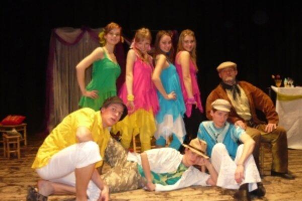 Mladí herci vystupovali v úlohách motýľov v hre Zo života hmyzu.