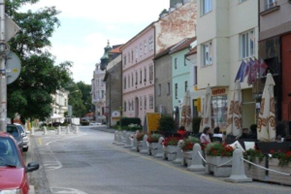 Miesta na parkovanie na Palackého ulici zabrali letné terasy.