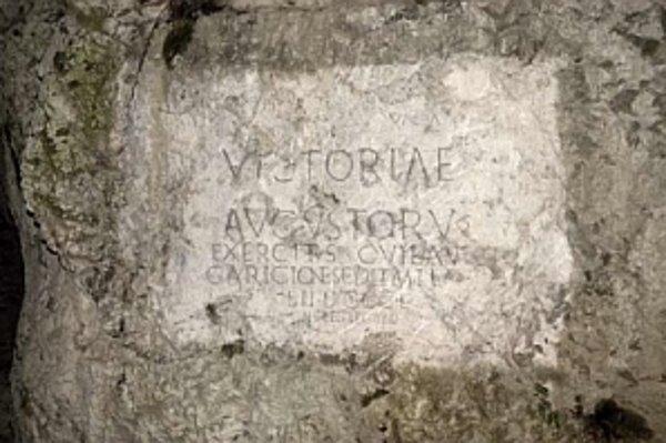 Rímsky nápis na hradnej skale je možné vidieť iba z hotela Tatra.