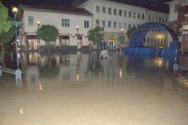 Voda zaplavila aj myjavské námestie.