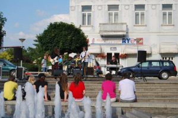 Sériu koncertov odpálila pri fontáne na novomestskom námestí trenčianska formácia Next Page.