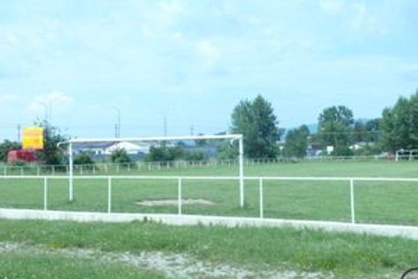 Športový areál v Trenčíne - Biskupiciach nateraz ešte slúži rekreačným športovcom. Dokedy to nevie nik.