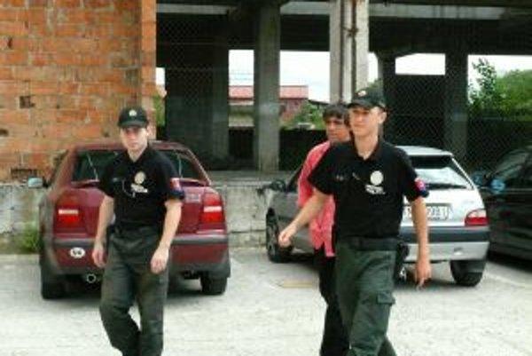 Zástupca nemeckej firmy prišiel vypovedať v sprievode policajtov.