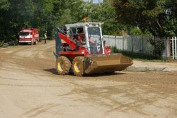 V meste pokračuje likvidácia nsledkov po sobotnej búrke. Niektoré cesty sú stále pod nánosom bahna.