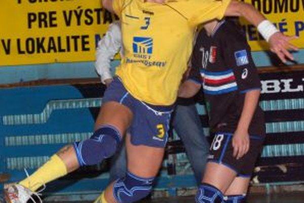 Spojka Michaloviec Alžbeta Tóthová (s loptou), bráni ju Trenčianka I. Bahýlová (v pozadí) počas semifinálového stretnutia Slovenského pohára medzi Iuventou Michalovce a Štartom Trenčín.