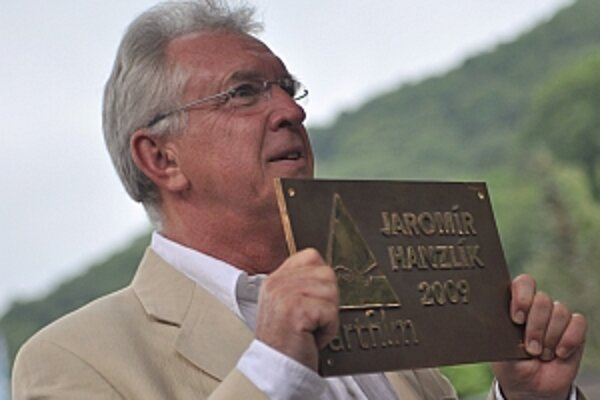 Jaromír Hanzlík si prevzal ocenenie Hercova misia na novom Moste slávy.