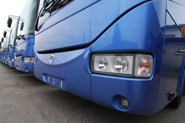 Nové klimatizované prímestské linkové autobusy skultúrnia cestovanie.