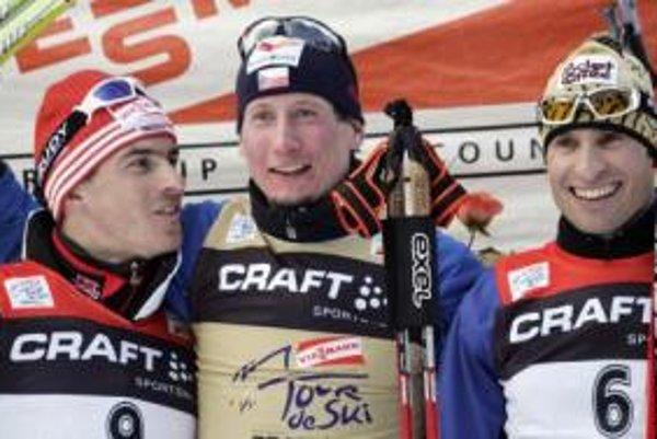 Druhý Nemec René Sommefeldt , víťaz Čech Lukáš Bauer a tretí Talian Giorgio Di Centa na stupni víťazov po skončení behu na lyžiach na 10 km voľnom technikou 6. januára 2008 v talianskom Val di Fiemme.