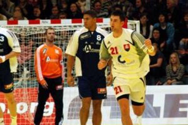 Slovenskí hádzanári nastúpili vo štvrtok 17. januára 2008 v nórskom Trondheime na svoj prvý zápas 8. majstrovstiev Európy s obhajcami titulu Francúzmi. Na snímke Marek Mikéci (vpravo) sa vracia do slovenskej obrany po skórovaní do francúzskej bránky.