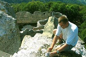Práce na záchrane hradu Uhrovec trvajú už približne desať rokov.