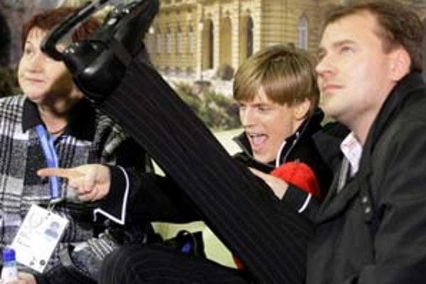 Michael Huth (vpravo) sleduje známky pre svojho českého zverenca Tomáša Vernera. Vľavo je vedúca českého tímu Vlasta Kopřivová.
