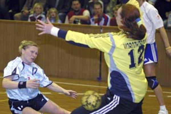 Aj Dagmar Stuparičová (vľavo v súboji s Ukrajinou) je v kádri bratov Popluhárovcov pre kvalifikáciu ME.