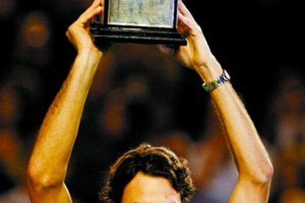Roger Federer s víťaznou trofejou.