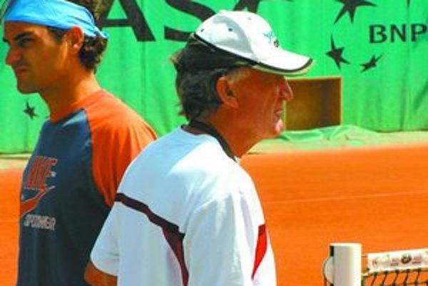 Roger Federer (vľavo) s Tonym Rocheom vlani na tréningu na turnaji Roland Garros v Paríži. Teraz sa ich cesty naozaj rozišli.