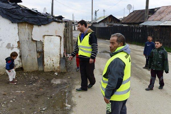 V Jarovniciach pracujú okrem piatich policajných špecialistov aj občianske hliadky. Na snímke v strede Miroslav Ferko, ktorý štyri roky robil hliadku ako dobrovoľník, vpredu ďalší člen hliadky Ján Kaleja.