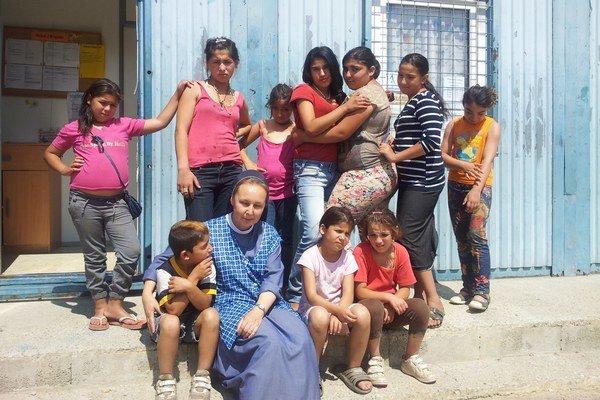 Staršie dievčatá pred fotoaparátom pózujú, mladšie deti sa skôr túlia k sestre Márii.