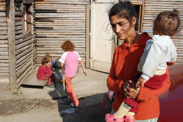 Žena z chudobných pomerov nemá ani v 21. storočí jednoduchý život. V prvom rade bojuje o zabezpečenie základných potrieb pre deti. Matka z osady je ohrozená dvojnásobnou sociálnou izoláciou - od spoločnosti aj životných partnerov.